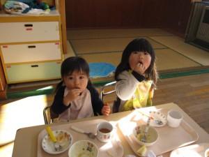 「イナゴちゃんおいしいよ」と満面の笑みを浮かべ豪快に手でつかんで食べる1歳児さんと2歳児さん