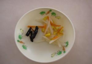 煮てもらったイナゴはこの通り、給食のサラダと一緒に盛り付けられ・・・